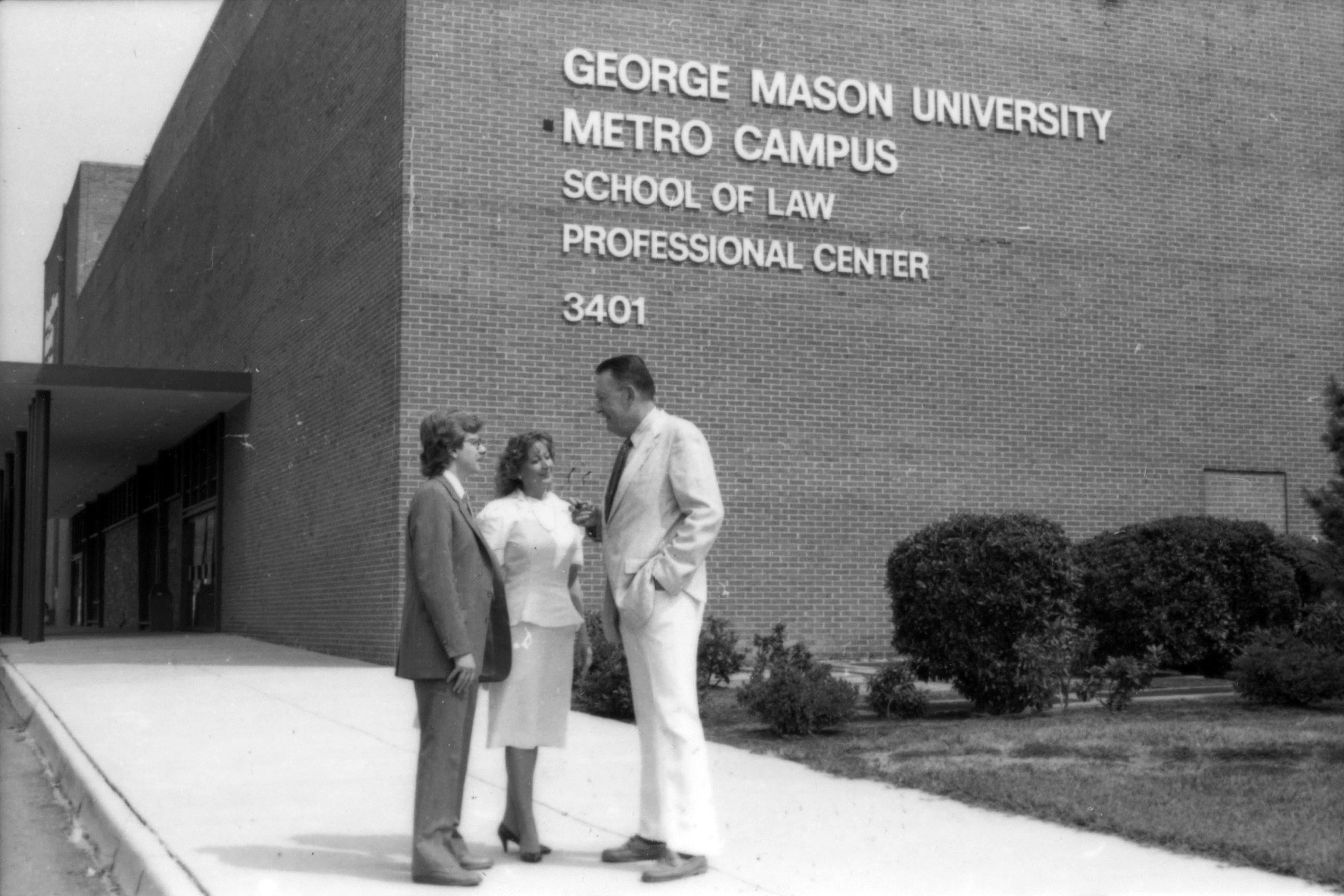"""John T. """"Til"""" Hazel and students in front of the George Mason University School of Law, July 31, 1987"""